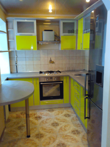 кухня с салатовыми мдф фасадами в алюминиевом профиле для маленького помещения